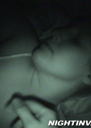 Любитель ночных приключений предпочитает не будить жену для секса - фото 12