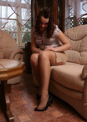 Девушка снимает туфли после тяжелого дня и показывает свои ножки в капроновых колготках - фото 16