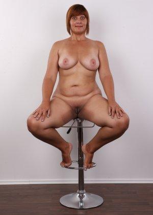 Полненькая задница зрелой телки и ее бритая киска с тонкими половыми губами - фото 14