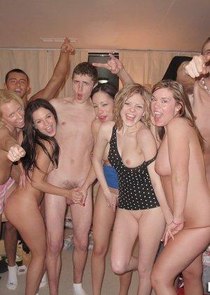Студенческие вечеринки с кучей алкоголя тем и хороши, что можно трахать кого угодно - фото 12