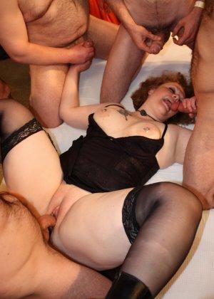 На одну толстую женщину накидываются сразу несколько самцов, и она торопится обслужить каждого - фото 14