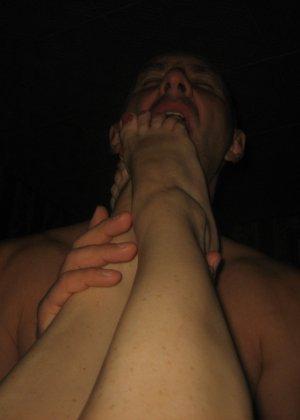 Мужчина с ошейником вылизывает стопы своей партнерши и ему доставляет большое удовольствие - фото 4