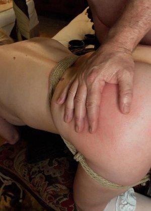 Убирая в номере у богатого мужика, горничная наталкивается на запретные аксессуары, за это он ее и наказывает - фото 17