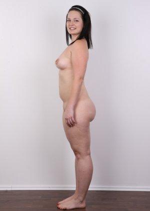 На очередном кастинге симпатичная девушка с пухлой задницей полностью разделась - фото 9