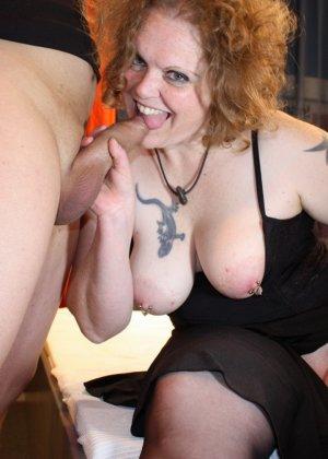 На одну толстую женщину накидываются сразу несколько самцов, и она торопится обслужить каждого - фото 12