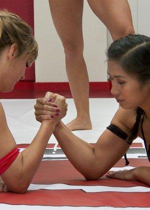 Девушки устраивают бои на ринге - фото 2