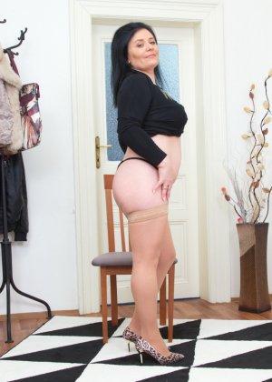 Пышная дамочка в возрасте показывает свое тело, чтобы доказать - она еще неплохо выглядит - фото 11