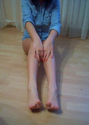 Девушка показывает свои стройные ножки в красных туфлях и вставляет в анус игрушку из секс-шопа - фото 5