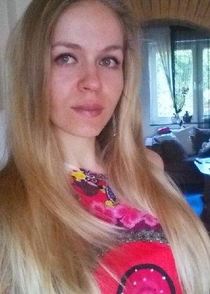 Милая блондинка знает, какую позу надо принять, чтобы выглядеть сексуально и возбудить мужчину - фото 5