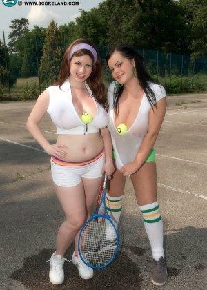 Сисястые тениссистки Карина и Менди раздеваются на игровом поле и прижимаются горячими телами друг к другу - фото 2