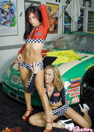 Брэнди Лав и Рэйвен Рили позируют на фоне красивой машины, а затем показывают красивые лесби-ласки - фото 3