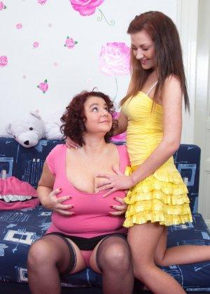 Молодая худенькая девушка решается на лесбийские игры с пышной дамочкой в зрелом возрасте - фото 8
