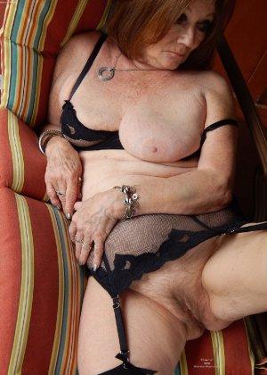 Женщина в возрасте и пышном теле очень хочет секса, поэтому пользуется разными секс-игрушками - фото 3