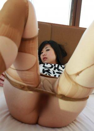 Кореянка специально для фетишистов разрывает на себе колготки и дразнит обнаженными частями тела - фото 34