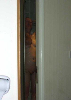 Втайне от жены мужик снимает ее голое тело, когда она купается и когда спит, чтобы подрочить потом в туалете - фото 9