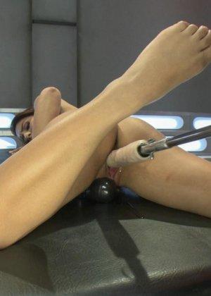Лив Агилера перепробовала разные насадки на секс машинах и осталась вполне довольна мощными вибраторами - фото 10