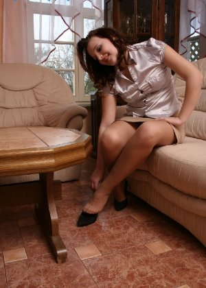 Девушка снимает туфли после тяжелого дня и показывает свои ножки в капроновых колготках - фото 36