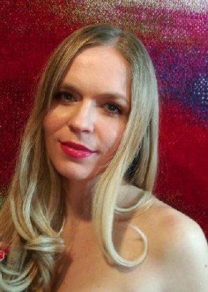 Милая блондинка знает, какую позу надо принять, чтобы выглядеть сексуально и возбудить мужчину - фото 25