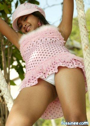 Девушка-азиатка качается на качелях и показывает свое хрупкое тело, раскрывая некоторые интимные части - фото 11