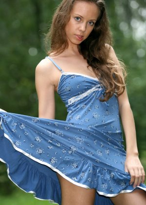 Горячая фотосессия молодой красотки, которая только дразнит собой, приподнимая платье, но не раздеваясь - фото 23