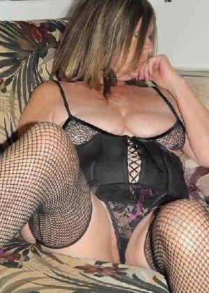 Женщина в возрасте и пышном теле очень хочет секса, поэтому пользуется разными секс-игрушками - фото 17
