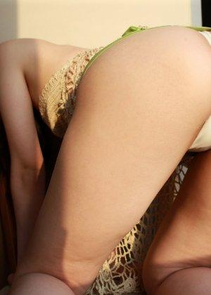 Кореянка специально для фетишистов разрывает на себе колготки и дразнит обнаженными частями тела - фото 54