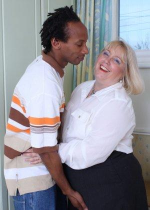Горячая британская толстушка разрешает лапать себя молодому темнокожему мужчине и делать куни - фото 4