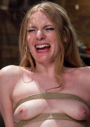 Ела Дарлинг с удовольствием принимает наказание от рук опытного Мики Мода и его ненасытного друга - фото 15- фото 15- фото 15