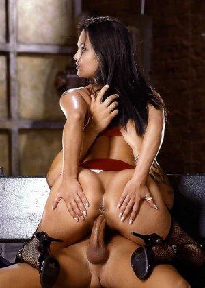 Горячая Анжелина Джоли еще та любительница серьезного траха, дает в жопу и принимает толчки спермы в лицо - фото 6