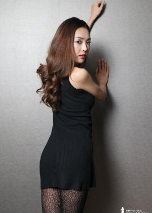 Азиатка постепенно освобождается от одежды и остается совсем обнажена, показывая стройное тело - фото 8