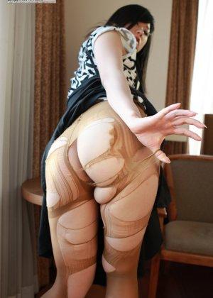 Кореянка специально для фетишистов разрывает на себе колготки и дразнит обнаженными частями тела - фото 18