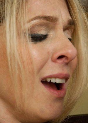 Убирая в номере у богатого мужика, горничная наталкивается на запретные аксессуары, за это он ее и наказывает - фото 14