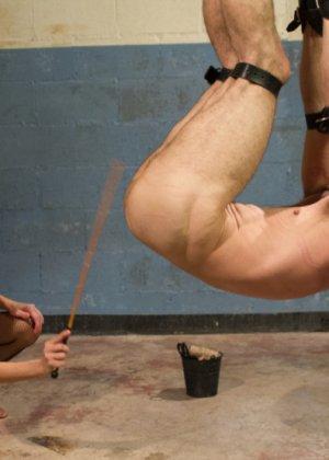 Гиа Димарко подвесила Джейсона Миллера к потолку, отшлепала и выебала страпоном его волосатый зад - фото 8