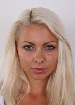 Красивая блондинка позирует без одежды, возбуждая своим прекрасным внешним видом - фото 2
