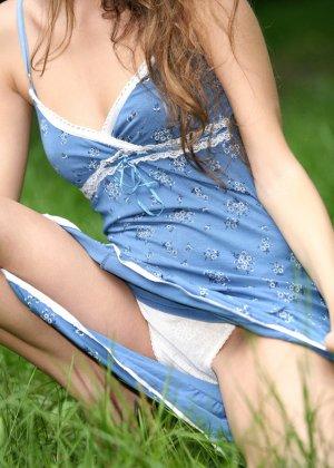 Горячая фотосессия молодой красотки, которая только дразнит собой, приподнимая платье, но не раздеваясь - фото 39