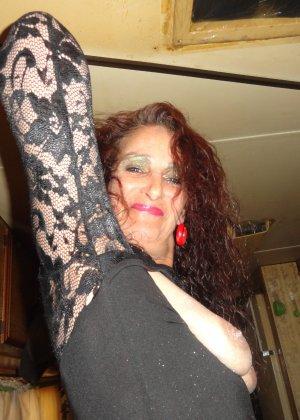 Зрелая женщина показывает себя со всех сторон, не стесняясь ничего – она знает, как себя преподнести - фото 22