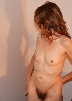 Женщина скрывает свое лицо, зато показывает наглядно, насколько маленькой бывает грудь - фото 19