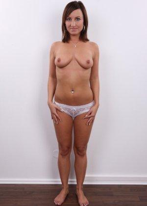 Развратница в белом сексуальном белье раздвигает себе пизду на камеру - фото 5