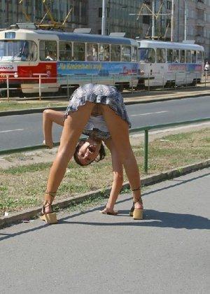 Тина обожает обнажаться на улицах города, в публичных местах, при этом шокируя прохожих своей откровенностью - фото 18
