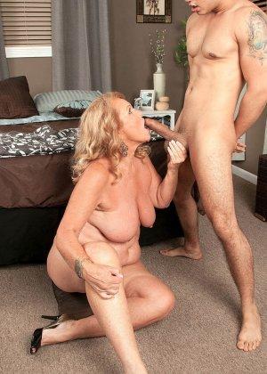 Зрелая блонда соблазняет парня своими большими титьками и позволяет ему трахать ее, как только ему захочется - фото 4