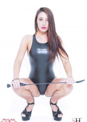 Красивые девушки выгибаются, как умеют, показывая свои эффектные тела в слитных купальниках - фото 1