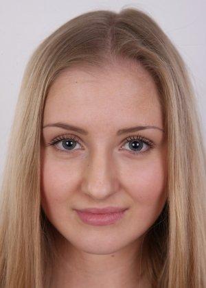 Молодая блондинка принимает участие в чешском кастинге и покорно исполняет все указания фотографа - фото 2