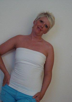 Опытная женщина знает, как привлечь мужчину, тем более ее хорошее тело позволяет хвастаться - фото 7