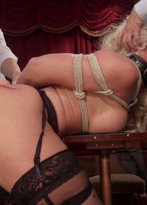 Когда мужикам наскучивает игра в покер, они бросаются на Холли Харт и устраивают ей тройное проникновение - фото 4