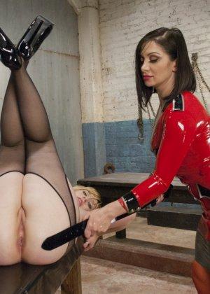 Лесбиянки надевают кожаные корсеты и удовлетворяют себя анальным сексом, они практикуют анальный фистинг - фото 7