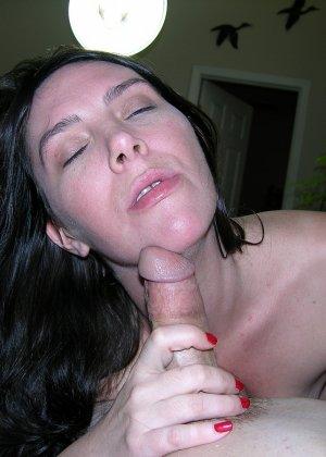 Хорошенькая сосалка принимает на рот, затем подставляет сраку, чтобы любовник туда кончил - фото 4