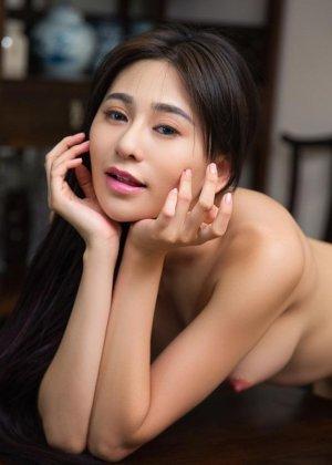 Горячая азиатка показывает свою миниатюрную фигурку, обнажая все самые интимные зоны - фото 9