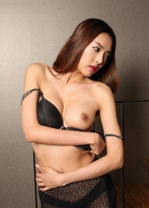 Азиатка постепенно освобождается от одежды и остается совсем обнажена, показывая стройное тело - фото 52