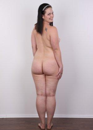 На очередном кастинге симпатичная девушка с пухлой задницей полностью разделась - фото 15