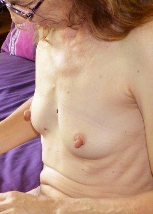 Женщина скрывает свое лицо, зато показывает наглядно, насколько маленькой бывает грудь - фото 13